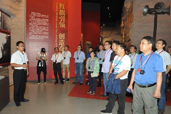 图一:参加培训学员在红旗渠纪念馆参观学习.JPG