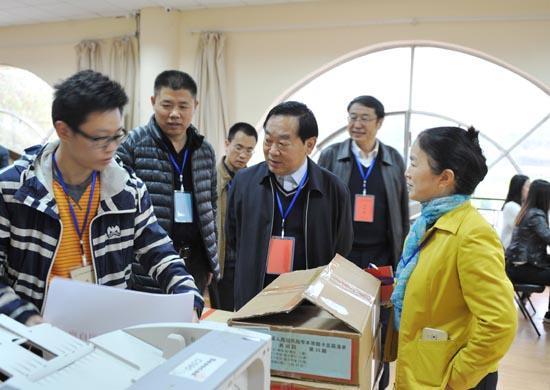 图一:省教育厅党组成员、省招办主任朱玉山检查答卷扫描工作.JPG
