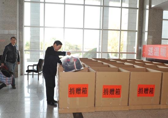 图一:省教育厅党组成员、省招办主任朱玉山进行爱心捐赠.JPG