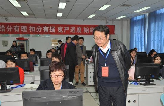 图二:省招办副主任杜习民检查评卷工作情况.JPG