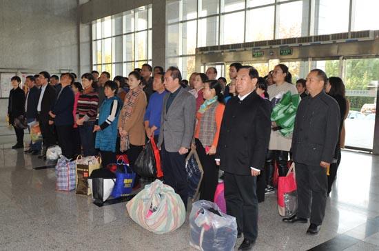 图二:省教育厅党组成员、省招办主任朱玉山等与全办干部职工参加捐赠活动.JPG