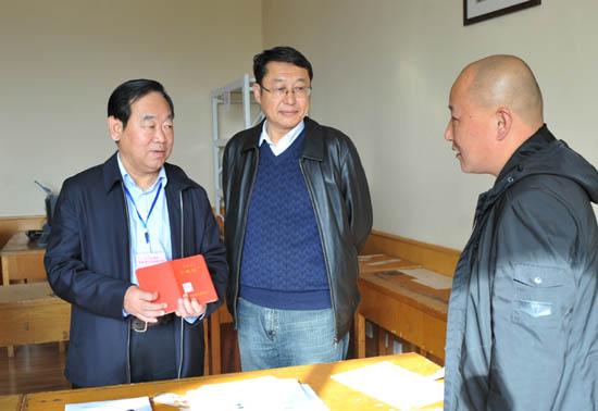 图二:省教育厅党组成员、省招办主任朱玉山询问中专录取具体工作细节.jpg