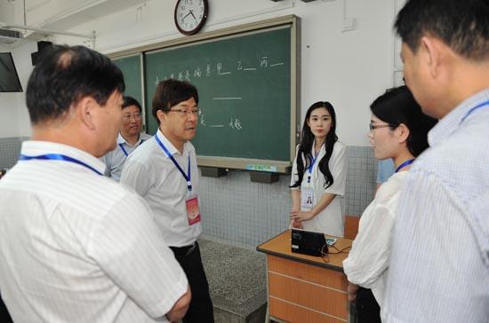 郑邦山在郑州一中考点检查工作并和工作人员交流.JPG