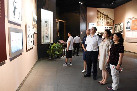 学员们在嘉兴南湖革命纪念馆接受党性教育2.JPG