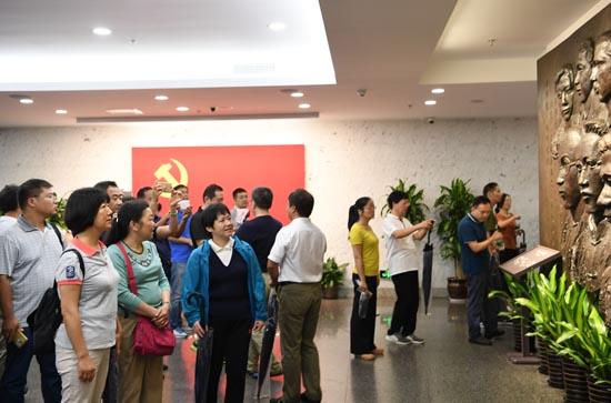 学员们在嘉兴南湖革命纪念馆接受党性教育.JPG