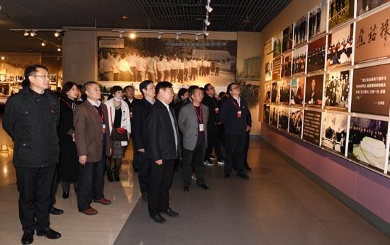 参加培训党员干部在兰考县展览馆深切缅怀焦裕禄同志的光辉一生.JPG