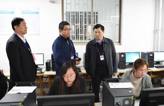 省招办副主任刘刚检查我省计算机等级考试工作.JPG